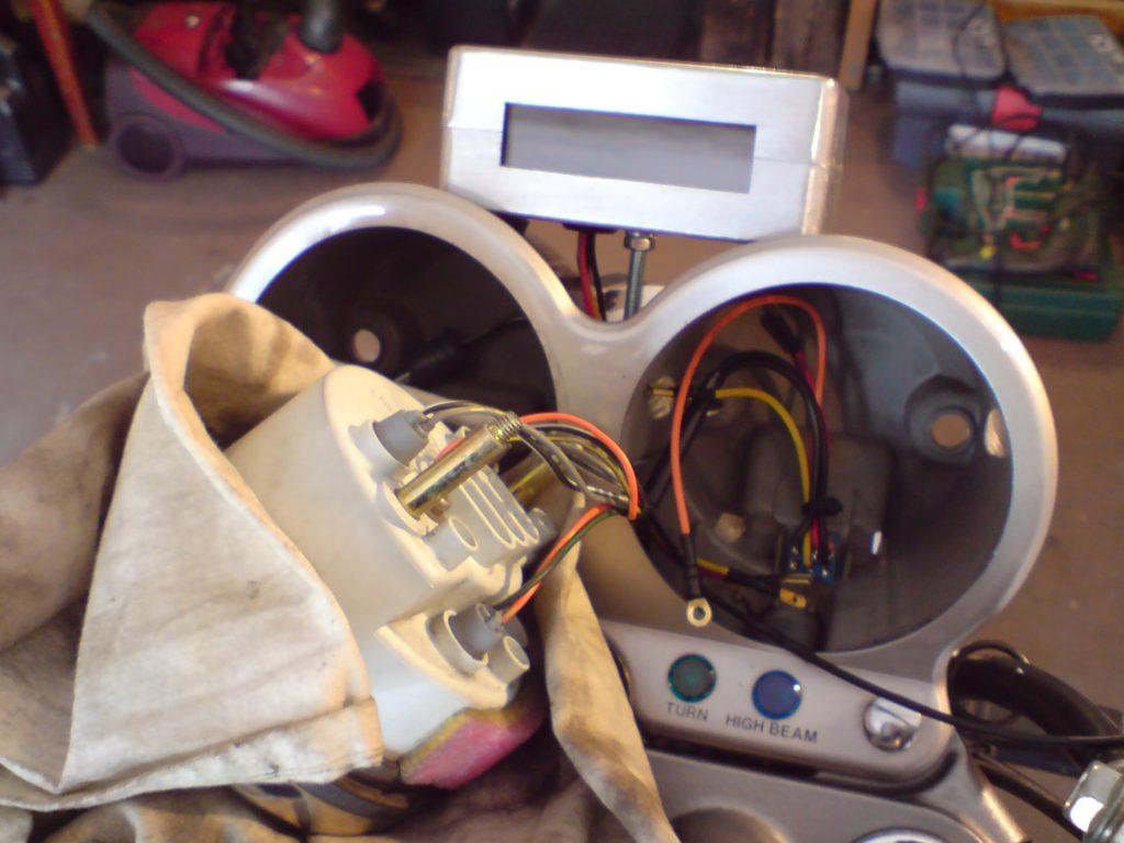 Do podłączenia elektryki można wykorzystać zasilanie obrotomierza. Mamy tam plus po stacyjce i masę. Żeby zegarek odliczał czas po wyłączeniu zapłonu, musimy zasilić przewód podtrzymania plusem bezpośrednio z akumulatora. Ja miałem już taki przewód wyciągnięty do reflektora w innym celu i z niego skorzystałem.