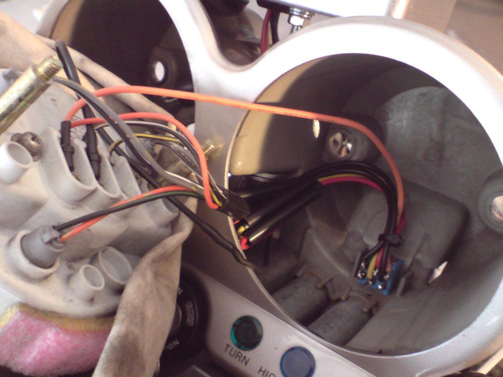 Przewody zbierają się w tyle obrotomierza na dodatkowym wyłączniku - można nim zdjąć podtrzymanie modułu np. na dłuższy postój. Miernik pokazał, że pobór prądu to tylko około 6 mA (podczas pracy przy pełnym podświetleniu to około 25 mA), ale uznałem, że na zimę, jeżeli będę chciał zostawić akumulator w motocyklu, przyda się mieć możliwość w łatwy sposób całkowicie odłączyć moduł od prądu.