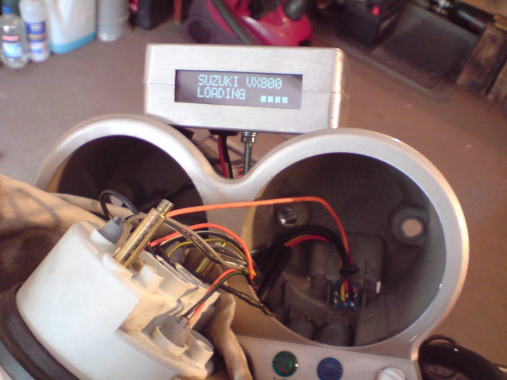 No i test na motocyklu. Ponieważ układ jest zbudowany na mikrokontorlerze, można w nim zaprogramować co nam się podoba- wystarczyło poprosić Ecall'a i mam indywidualny tekst powitalny, którym mój VX przedstawia mi się po przekręceniu kluczyka w stacyjce. ;) Gdyby się uprzeć można by zapewne do modułu dorzucić opcje drogomierza, pomiaru czasu jazdy, średniej prędkości itd. (zaleta wykorzystania programowalnego mikrokontrolera), ale uznałem, że standardowy drogomierz i zegarek w zupełności mi wystarczają i nie poruszałem tego tematu z Ecall'em - nie jestem aż tak skrupulatny, jeżeli chodzi o prowadzenie statystyk z podróży. ;)